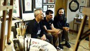 Rubén, Luisjo y Michi –Rubenimichi– en el salón de su vivienda-taller