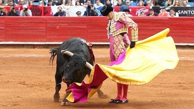 Alejandro Talavante lidia su primer toro durante la sexta corrida de la Temporada Grande en la Plaza de Toros México