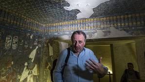 El arqueólogo Nicholas Reeves en la tumba de Tutankamón
