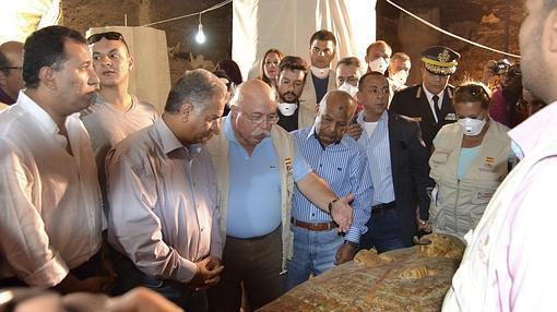 Francisco Martín Valentín y el ministro egipcio de Antigüedades, Mamduh al Damatim, entre otras personas, en el momento de la apertura del sarcófago