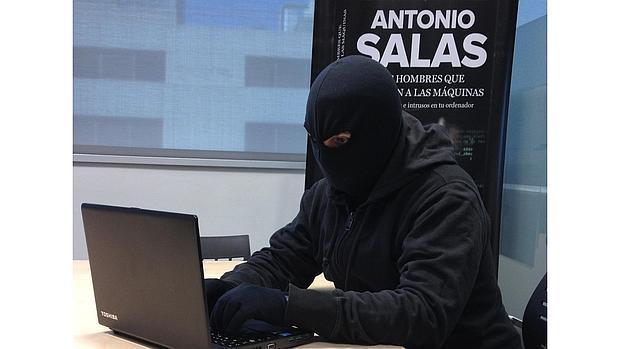 Antonio Salas respondiento las preguntas de los lectores de ABC
