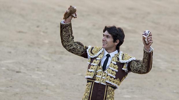 Sebastián Castella, con las dos orejas que cortó en San Isidro a «Jabatillo»
