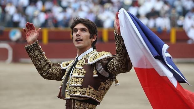Sebastián Castella, con la bandera de Francia