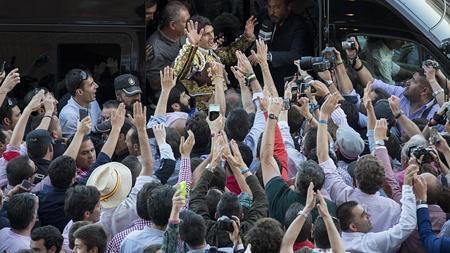 Sebastián Castella, a hombros entre la multitud tras plasmar la mejor obra de San Isidro