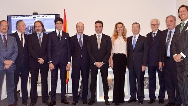 Enrique Ponce, con los premiados y miembros del jurado del premio taurino del Club Allard de Madrid