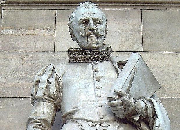 Estatua de Cervantes en la Biblioteca Nacional de Madrid