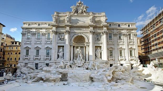 La Fontana di Trevi luce así de espléndida tras su restauración, financiada con 2,2 millones de euros por Fendi