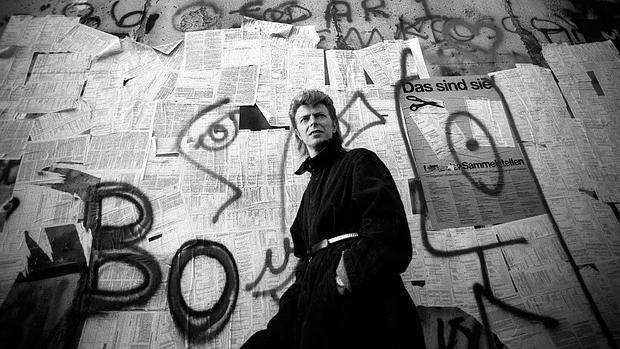 David Bowie junto al Muro de Berlín