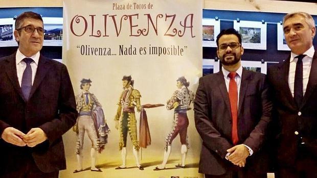 Patxi López posa junto al cartel taurino de Olivenza