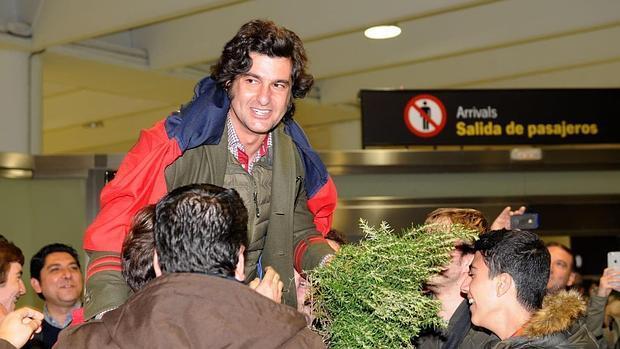 Morante de la Puebla, en volandas en el aeropuerto de Sevilla