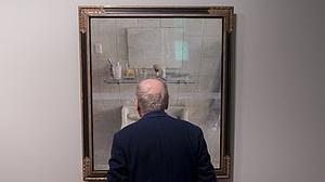 Mira de cerca con Antonio López todos los detalles de «Lavabo y espejo»
