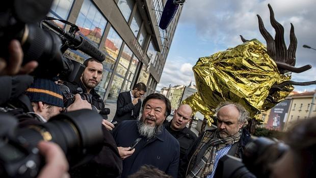 Ai Weiwei cubre obra en Praga con mantas térmicas en recuerdo de refugiados