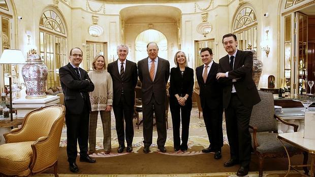 De izquierda a derecha, Juan Manuel Albendea, Flavia Hohenlohe, Evelio Acevedo, Carlos Falcó, marqués de Griñón; Blanca Pons-Sorolla, Roger Guasch y Miguel Zugaza, en el Hotel Ritz