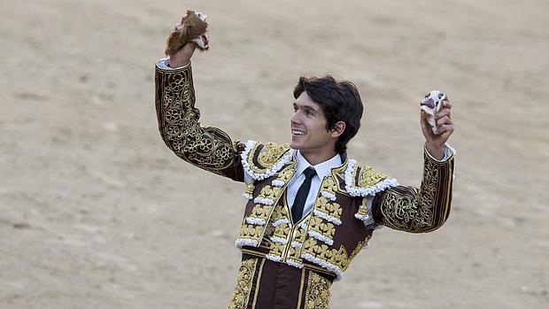 Sebastián Castella, con las dos orejas que cortó a Jabatillo