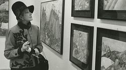 Marggy Carradine contemplando las obras del artista italiano Luca Alinari