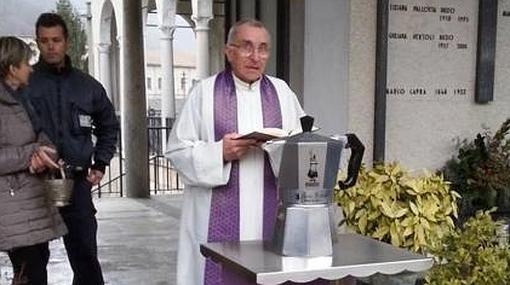 La cafetera, bendecida por el párroco durante el funeral