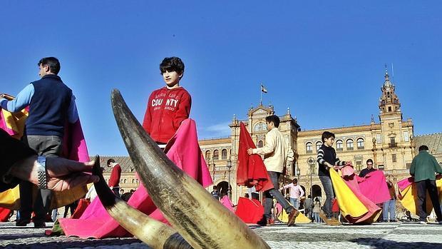 Toreo de salón en la Plaza de España de Sevilla