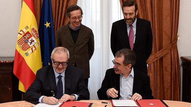 Sentados, de izda. a dcha., José María Lafuente y Manuel Borja-Villel, durante la firma del acuerdo; de pie en el mismo orden, José María Lassalle y Guillermo de la Dehesa