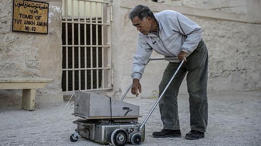 El experto japonés, Hirokatsu Watanabe usa un equipo de radar, fuera de la tumba de Tutankamón