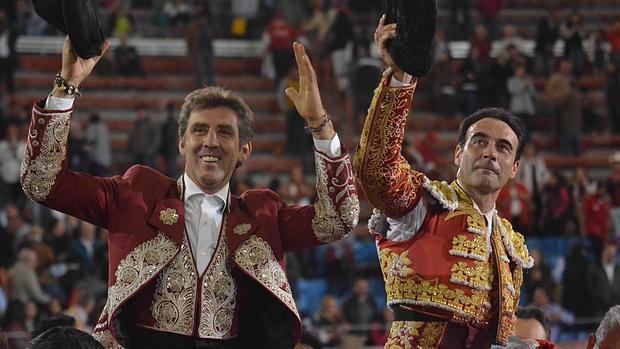 Hermoso de Mendoza y Ponce salen a hombros de la Monumental de México