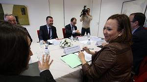Los consejeros de Cultura de la Generalitat y del Gobierno aragonés, Santi Vila y Mayte Pérez, durante la reunión que han mantenido en Zaragoza