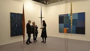 Una pareja interesa en la galería mexicana OMR