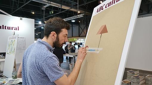 Alejandro Calderón pinta en el estand de ABC Cultural