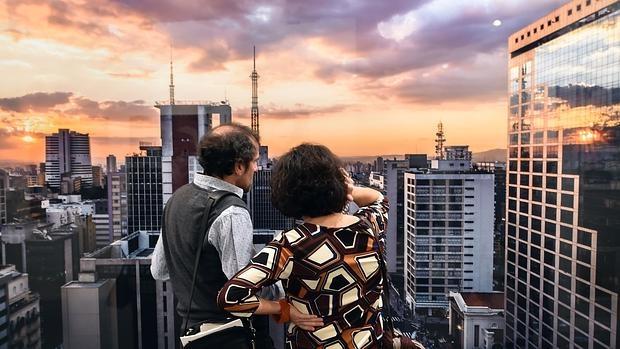 Una pareja observa una foto de José Manuel Ballester en Pilar Serra