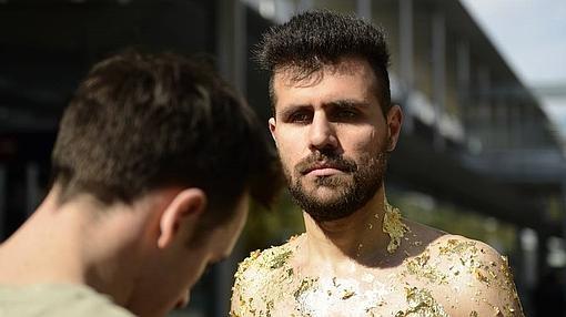 Ivan Sikic en la preparación de su performance