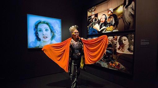 La artista francesa Orlan ante una serie de fotografías suyas sobre Botticelli