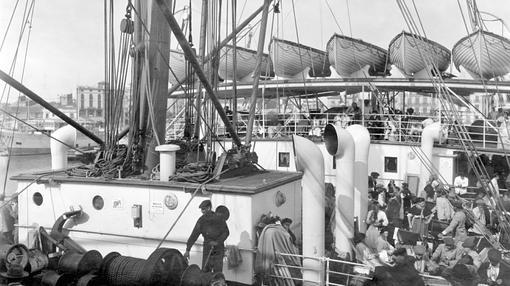 Pasajeros de 3ª clase embarcan en el puerto de Valencia