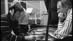 Paul McCartney y George Martin, en el estudio, durante una sesión de grabación de los Beatles
