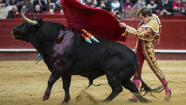 Román, durante la faena a uno de sus toros