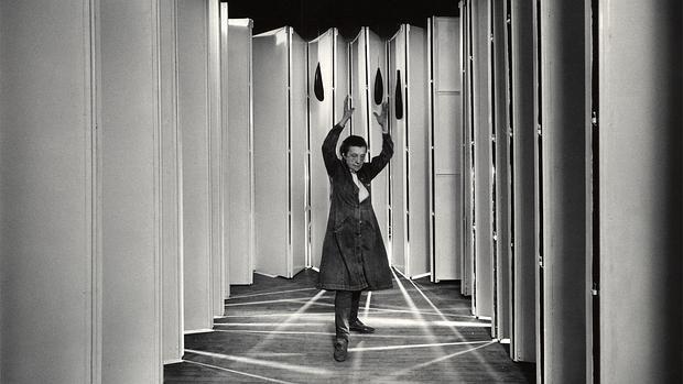 La artista Louise Bourgeois, dentro de su obra «Guarida articulada» (1986) - PETER BELLAMY / COLECCIÓN MOMA