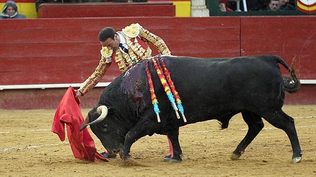 Enrique Ponce lidia su segundo toro