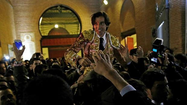 Curro Díaz, saliendo por la Puerta Grande de las Ventas