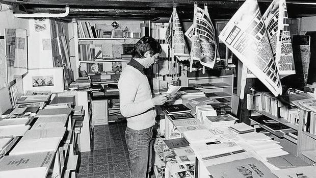 Ulises Carrión en «Other Books and So», el espacio que dirigió en Amsterdam en los años 70