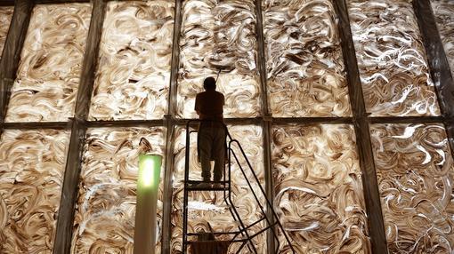 miquel barcel creando su gran fresco de arcilla efmero en la biblioteca nacional de francia