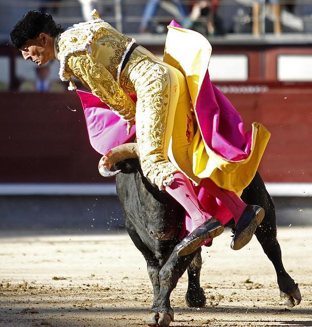 Iván Fandiño se libró de milagro de la cornada en dos terribles volteretas