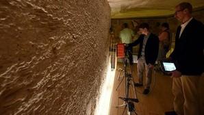 Un experto muestra a los periodistas cómo funciona uno de los radares usados en la tumba de Tutankamón