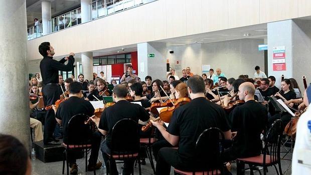 Íñigo Pirfano, dirigiendo la Novena de Beethoven en el hospital Doce de Octubre