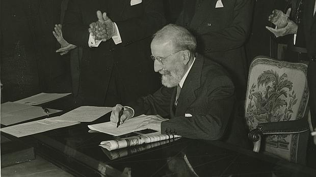 Ramón Menéndez Pidal, en 1960, durante la firma del acto de cesión del Cantar de Mio Cid a la Biblioteca Nacional.