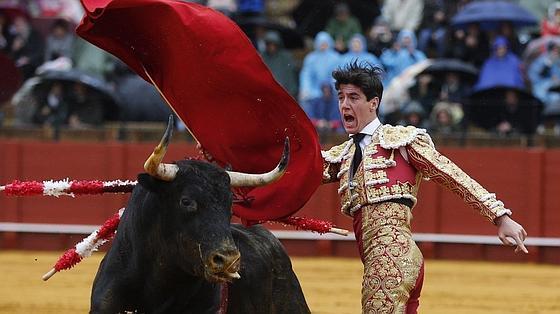 Esaú Fernández, en un pase de pecho al astifino toro