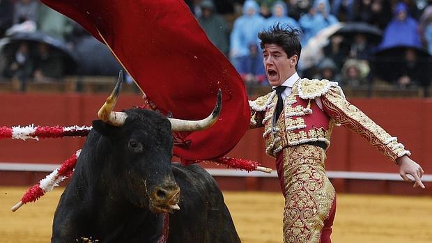 Esaú Fernández, en un pase de pecho al astifino primer toro de la corrida de Tornay
