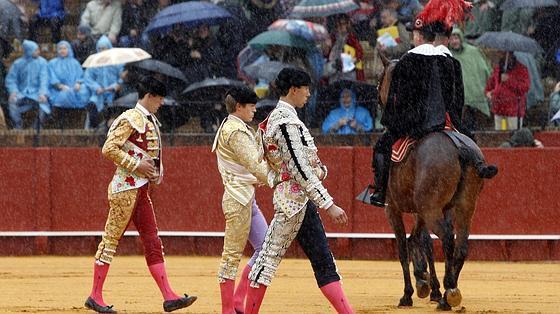 Paseíllo de Esaú, Borja Jiménez y Fortes, ayer bajo la lluvia