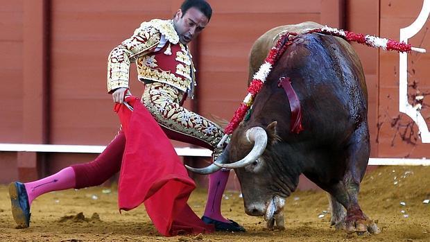 Enrique Ponce se dobla con el primer toro, al que cuajó una torera y templada faena