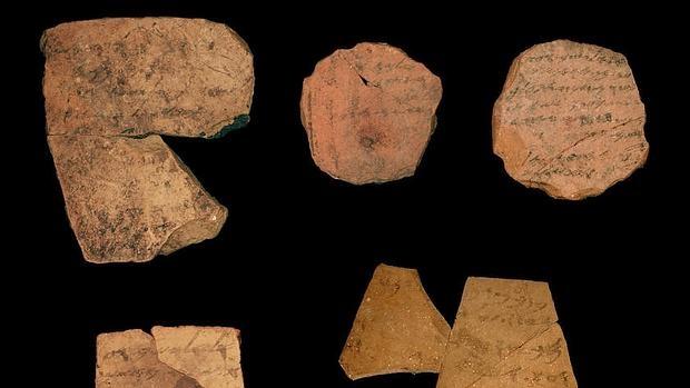 Fragmentos conocidos como ostraca encontrados en la fortaleza de la Edad de Hierro de Arad, al sur de Israel