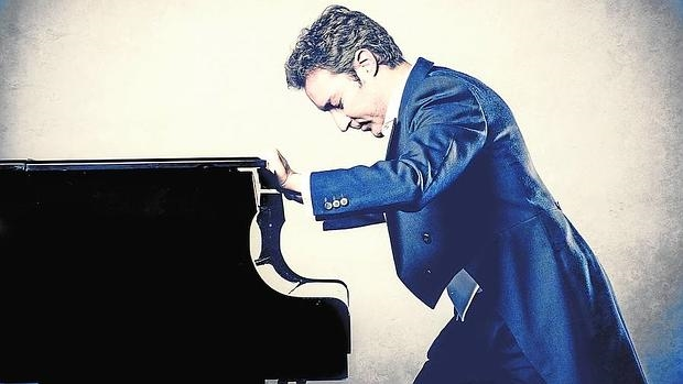 Daniel Ligorio, frente al piano