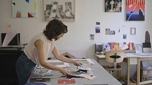 Ángela Cuadra trabaja con algunos papeles en su estudio