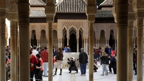 El Patio de los Leones, de La Alhambra, llena de visitantes
